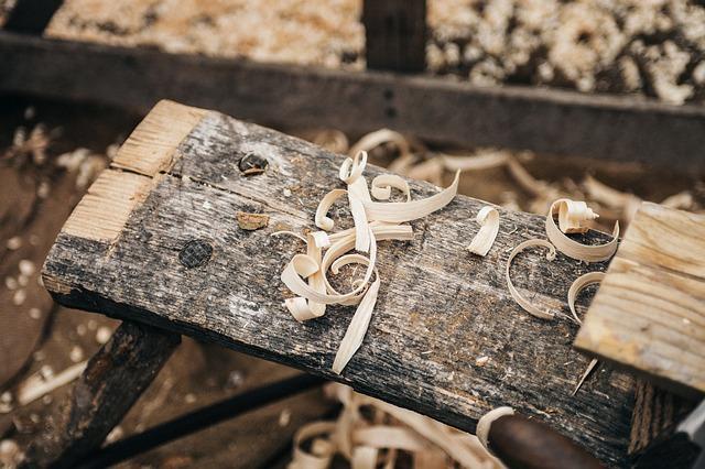 Spracovanie dreva s cirkulárkou poháňanou elektromotorom